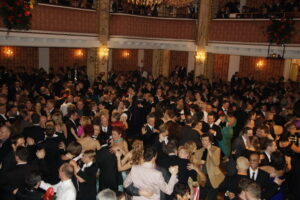 Ballgäste im Ballsaal