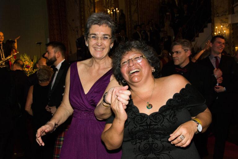 Ballgäste: Vizepräsidentin des Europäischen Parlaments Ulrike Lunacek mit Partnerin Rebeca Sevilla© Klaus Peter Walser