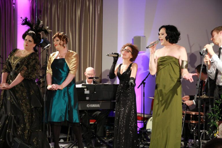 Moderatorin Lucy McEvil beim Auftritt mit ihren Gästen © Dominik Steinmair
