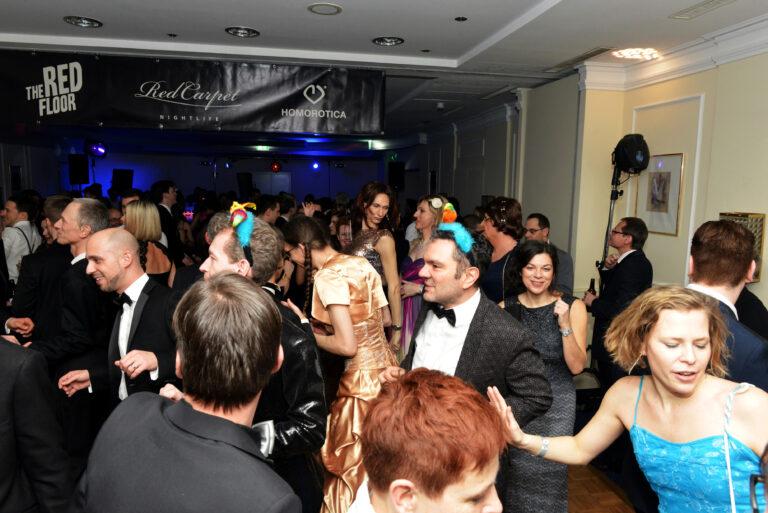 Ballgäste amüsieren sich in der Disco © Manfred Sebek