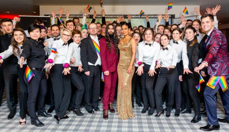 Regenbogenball-Komitee mit Conchita Wurst